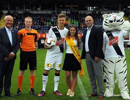Finaliste Miss Coast Belgium '17-'18 Phebe Vermeersch geeft de aftrap op de wedstrijd KSV Roeselare – OH Leuven